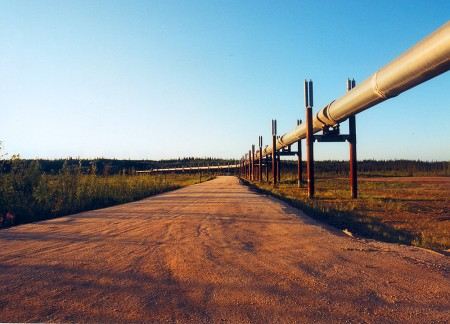 A deserted road, an unprotected oil pipeline / Photo: toniluca, flickr