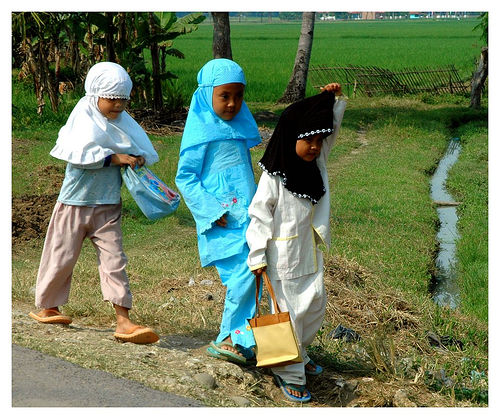 Muslim girls walking to school in Indonesia, photo: Shreyans Bhansali/flickr