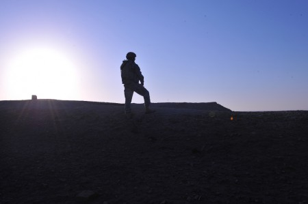 Lone US solider looks out over the Diyala River Valley in Iraq, photo: US Army/flickr